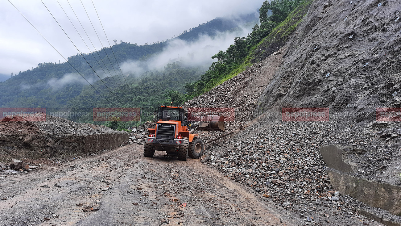 Landslides occur in 7 places from Narayangadh to Kathmandu, 4 vehicles buried, 1 dead